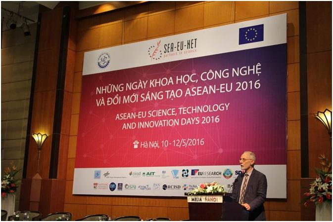 Ông Kostas Glinos, Trưởng Ban chiến lược hợp tác quốc tế, Tổng cục Nghiên cứu và Đổi mới sáng tạo, Ủy ban châu Âu, phát biểu tại buổi lễ
