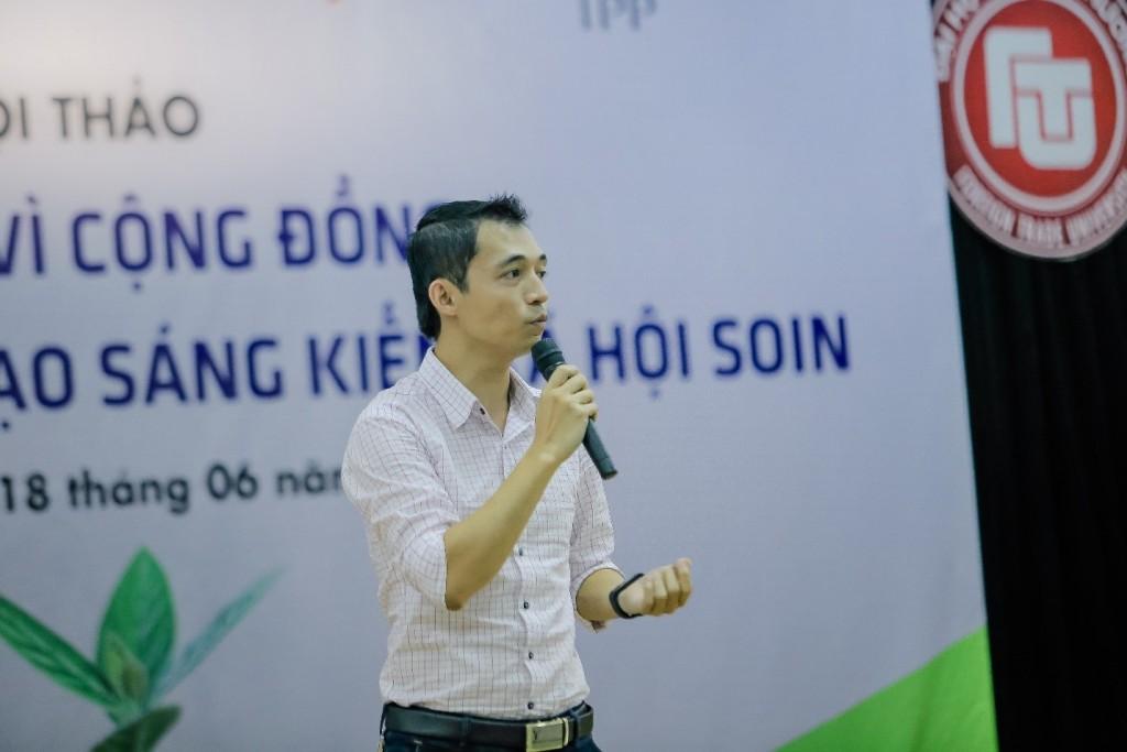 Đại diện của Microsoft Việt Nam - ông Trần Anh Tuấn – giới thiệu về sự hỗ trợ của Microsfot cho các tổ chức phi lợi nhuận và cộng đồng start-up