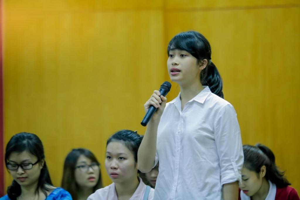 Bạn Nguyễn Minh Châu, chủ tịch CLB Enactus, đặt câu hỏi cho các diễn giả