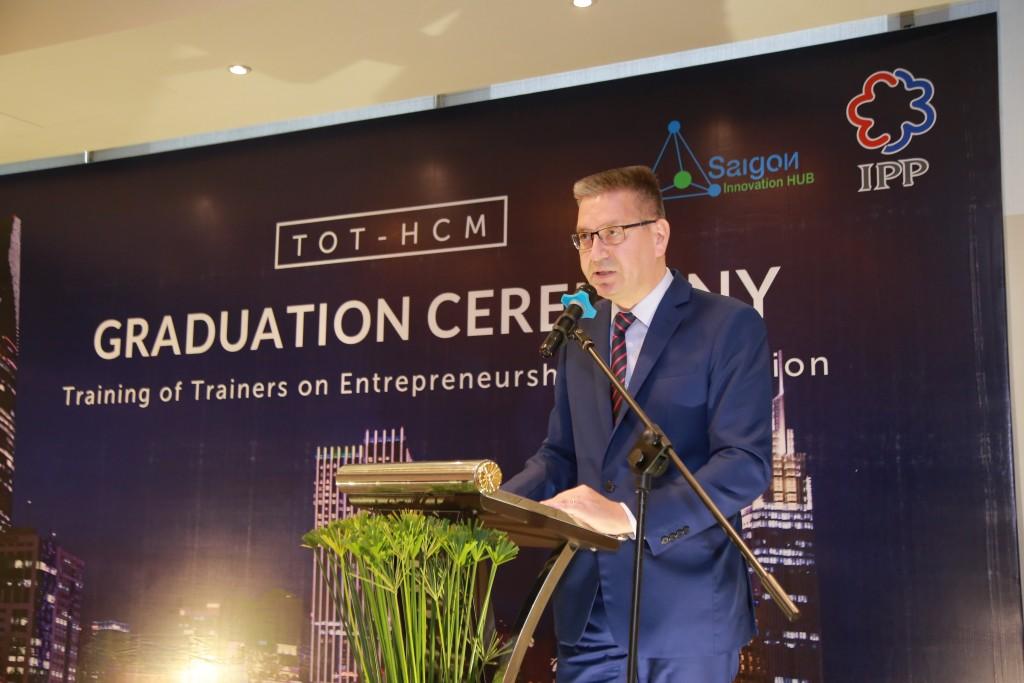 Đại sứ Phần Lan tại Việt Nam Ilkka Pekka Simila phát biểu tại Lễ tốt nghiệp