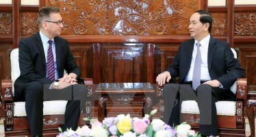 President Tran Dai Quang (R) bids farewell to Finnish Ambassador Ilkka Pekka Simila (Photo: VNA)