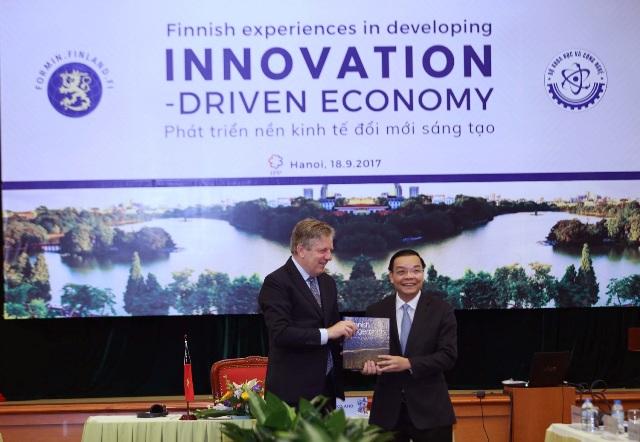 Bộ trưởng Bộ KH&CN Chu Ngọc Anh và Cựu Thủ tướng Phần Lan – Ngài Esko Aho trao quà lưu niệm tại buổi thuyết trình