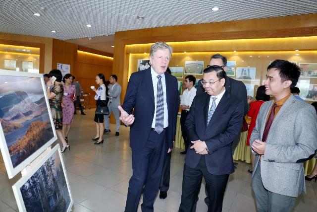 Bộ trưởng Bộ KH&CN Chu Ngọc Anh và Cựu Thủ tướng Phần Lan – Ngài Esko Aho tại gian trưng bày một số hình ảnh về đất nước và con người Phần Lan