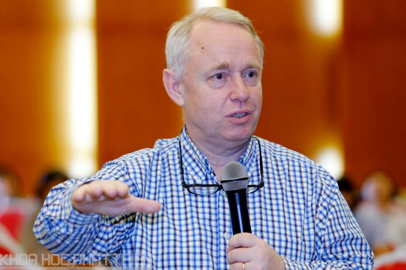 Giáo sư Göran Roos thuyết trình tại Bộ Khoa học Công nghệ. Ảnh: Loan Lê