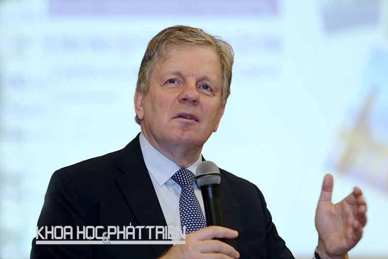 Ông Esko Aho thuyết trình tại Bộ Khoa học và Công nghệ sáng 18/9. Ảnh: Loan Lê