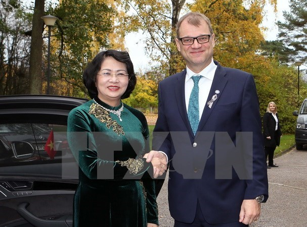 Vice President Dang Thi Ngoc Thinh (L) and Prime Minister of Finland Juha Sipila