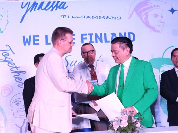 Ký kết MOU giữa Tập đoàn Mai Linh và Kyyti dưới sự chứng kiến của ông Kari Kahiluoto - Đại sứ Phần Lan tại Việt Nam.