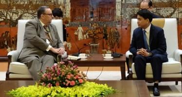 Hanoi Chairman Nguyen Duc Chung and Finnish Ambassador Kari Kahiluoto
