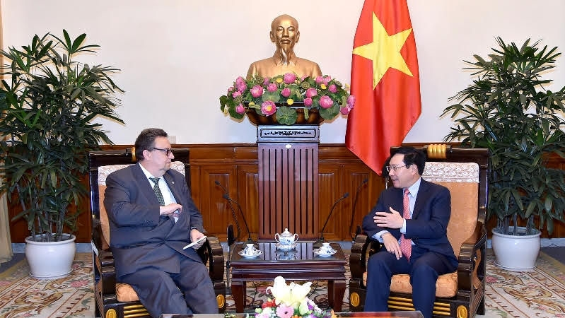 Deputy Prime Minister and Foreign Minister Pham Binh Minh (R) receives Finnish Ambassador to Vietnam Kari Kahiluoto