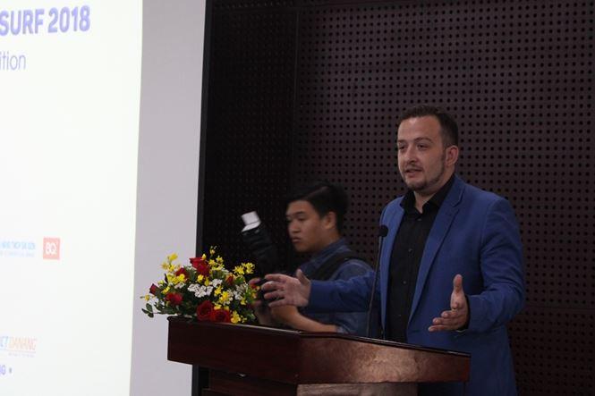 """ÔngDoron Lebovich, Phó đại sứ Israel tại Việt Nam, chia sẻ: """"Trong 2 năm các chuyên gia Israel làm việc với DNES và chính quyền Đà Nẵng, chúng tôi nhận thấy Đà Nẵng có đầy đủ các điều kiện để chúng tôi chuyển giao kiến thức, chia sẻ các kinh nghiệm phát triển hệ sinh thái khởi nghiêp"""". Tại SURF 2018, người tham dự có thể chiêm ngưỡng những thành tựu khởi nghiệp của Israel được tái hiện trong không gian thực tế ảo VR, AR. Ảnh: Giang Thanh"""