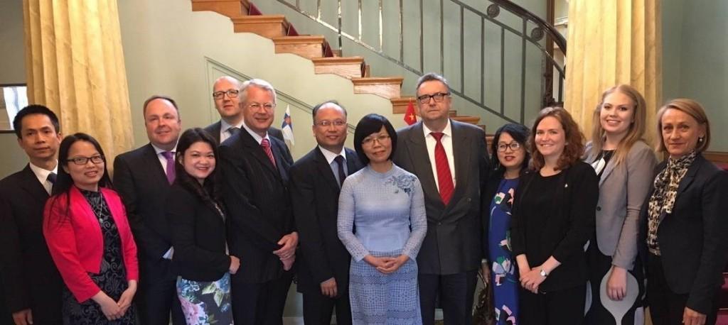 Đoàn liên ngành Việt Nam và Phần Lan chụp ảnh lưu niệm tại Nhà khách Chính phủ Phần Lan