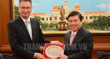 Chủ tịch UBND Thành phố Nguyễn Thành Phong tặng quà lưu niệm cho ông Ilkka – Pekka Simila, Đại sứ đặc mệnh toàn quyền Phần Lan tại Việt Nam.