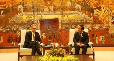 The meeting between Vice Chairman of the Hanoi People's Committee Nguyen The Hung (R) and Finnish Deputy Minister of Economic Affairs and Employment Petri Peltonen on November 6 (Photo: kinhtedothi.vn)