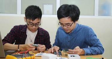 Nhóm sinh viên Đại học Bách khoa Hà Nội làm nghiên cứu. Ảnh: Phượng Hằng
